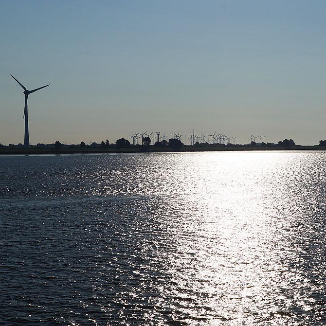 Immer im Blick: Windräder und Kraftwerke