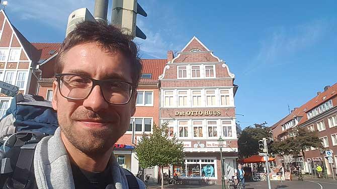 Ich vor dem Otto Huus in Emden