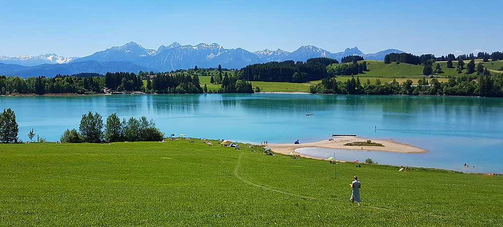 Der Illasbergsee bei Füssen ist ein Teil auf dem Forggensee Radweg