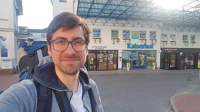 Ich vor dem Kaiserhof Maritim Hotel Heringsdorf Usedom