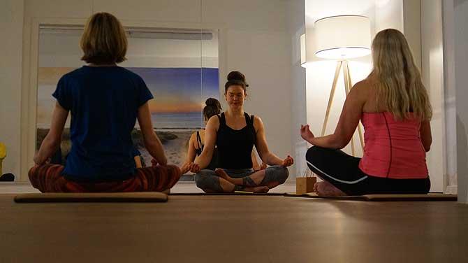 Sie versammeln sich zur Yoga Stunde