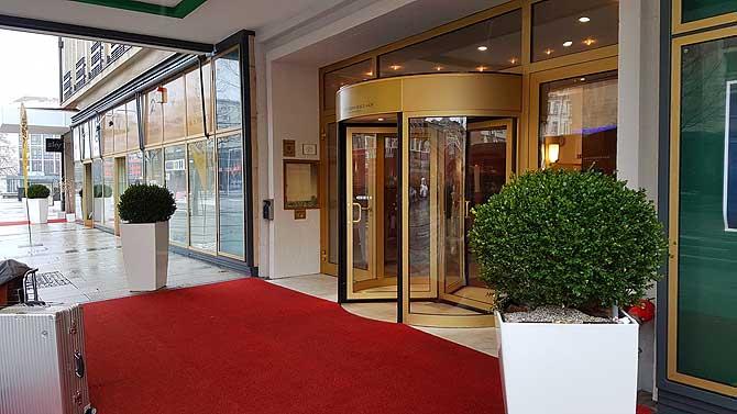 Der Eingang sieht nach Grandhotel aus