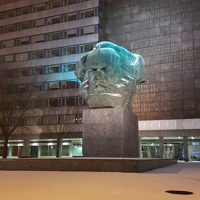 Karl Marx Kopf nachts im Winter