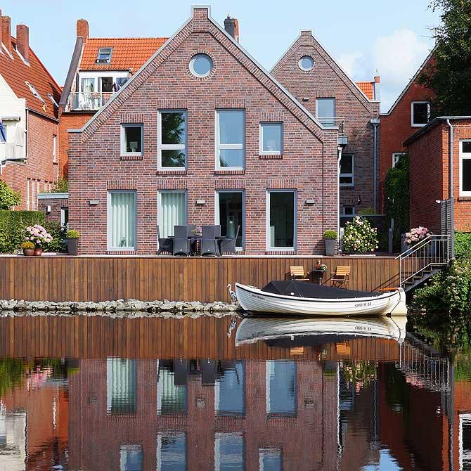 Wohnhaus mit Boot und Steg