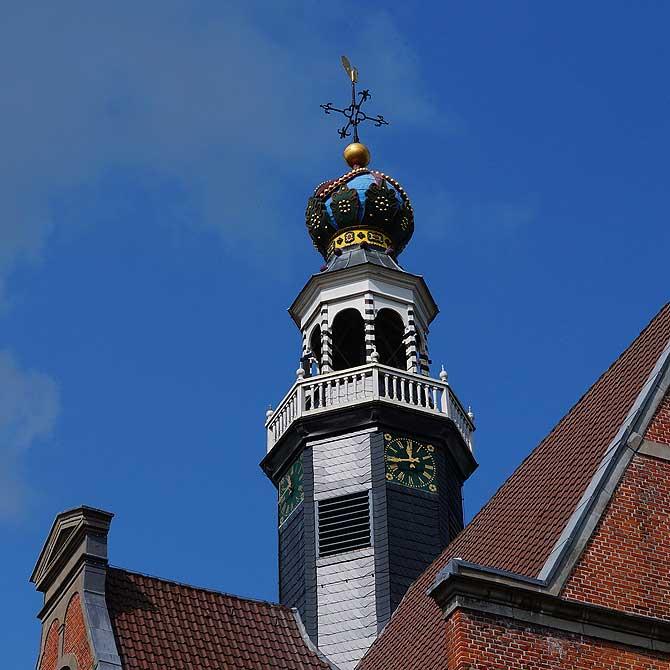 Der Kirchturm stellt eine Krone dar