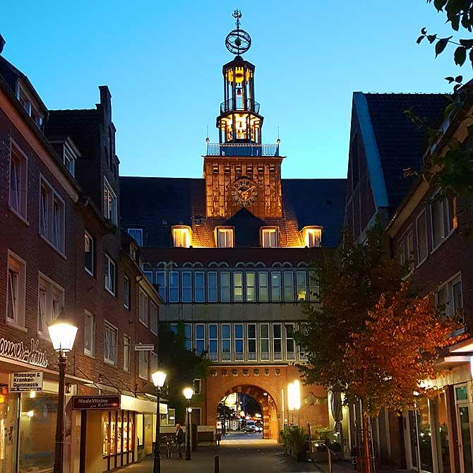 Rathaus von hinten bei Nacht