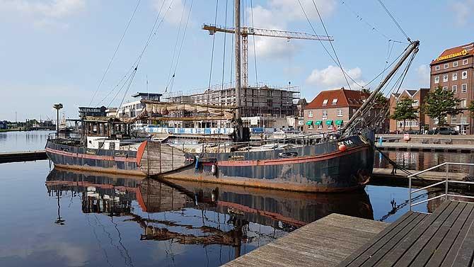 Schönes Holzboot im Emder Hafen