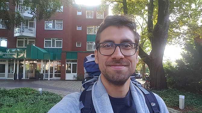 Ich vor dem Upstalsboom Hotel Emden