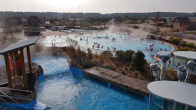 Außenbereich mit Menschen-Pool