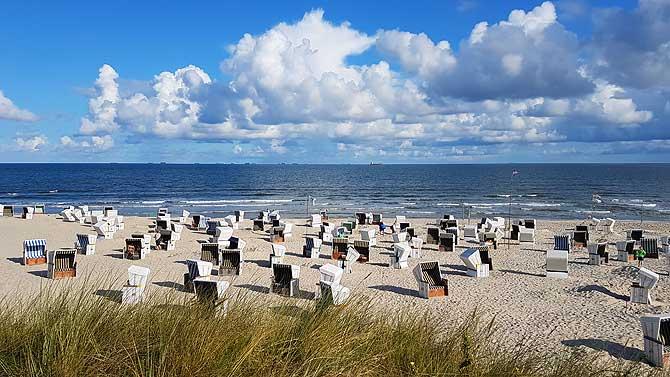 Langer Sandstrand mit Strandkörben