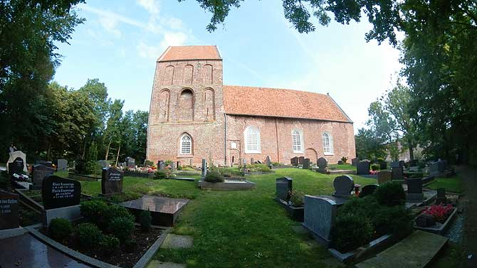 Friedhof vor dem Suurhusener Kirchturm