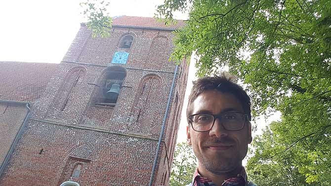 Ich vor dem Schiefen Kirchturm in Suurhusen
