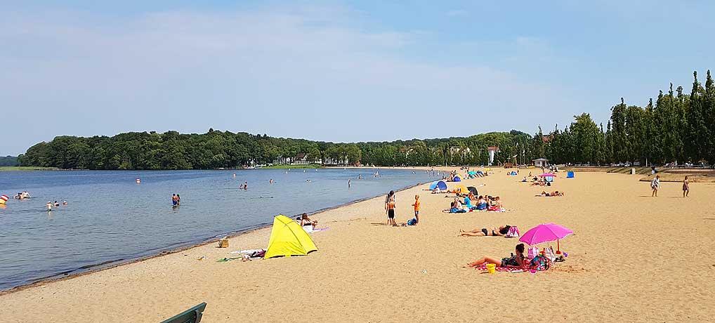Der Zippendorfer Strand bei Schwerin ist ein tolles Ausflugsziel mit viel Strand und Sand.