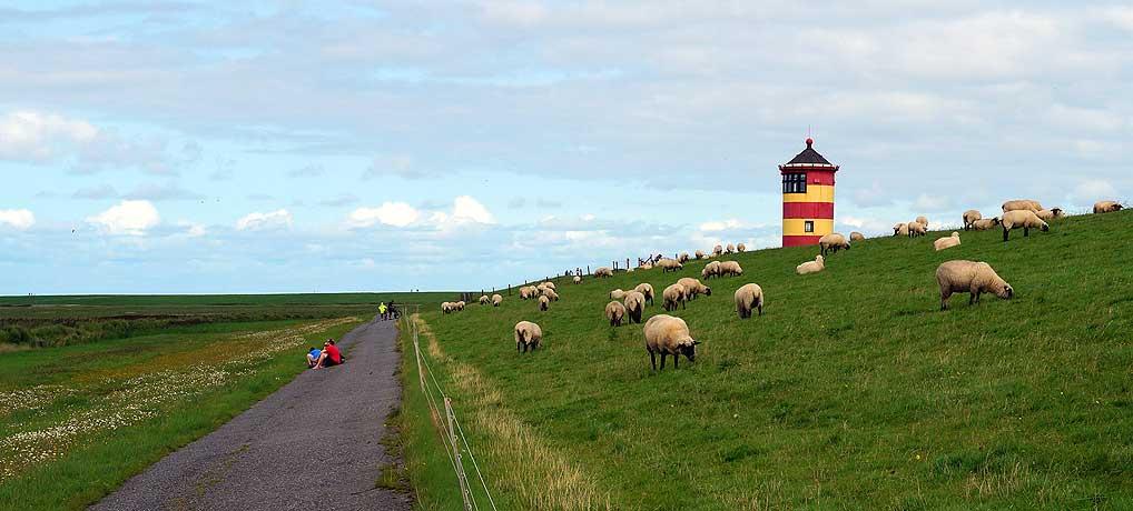 Der Pilsumer Leuchttum alias Otto Turm ist eine beliebte Sehenswürdigkeit an der Nordsee