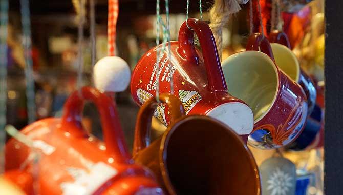 Vielen Tassen hängen am Darmstädter Crepe Stand