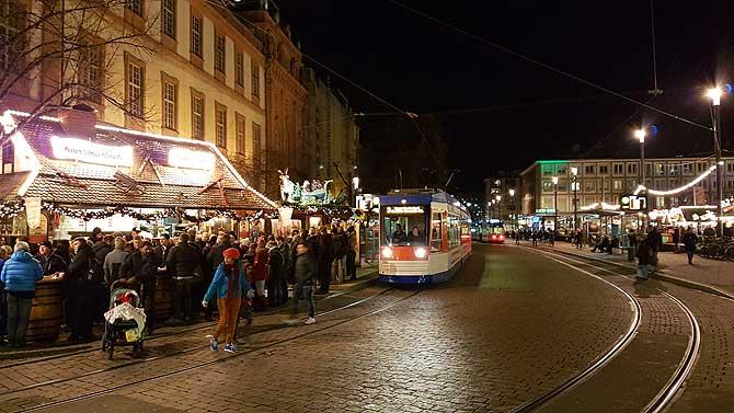 Straße Marktplatz trennt den Weihnachtsmarkt