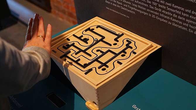 Labyrinth mit den Händen steuern