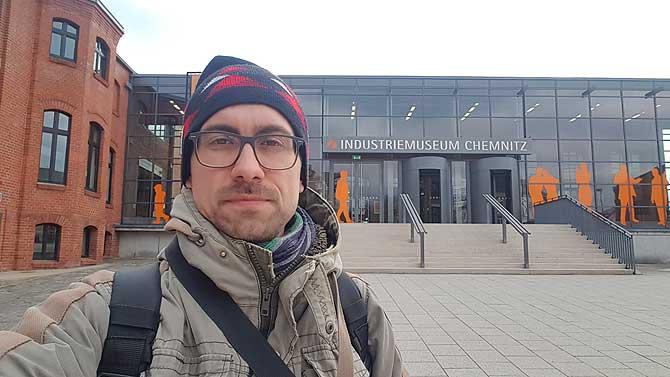 Ich vor dem Industriemuseum Chemnitz