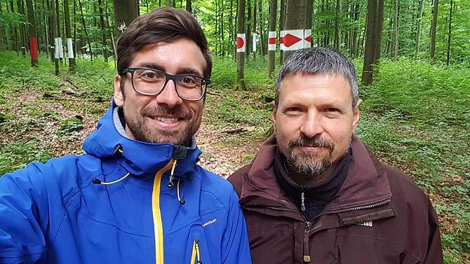 Ich mit Waldkünstler Faxe Müller vor der Wegzeichenformel