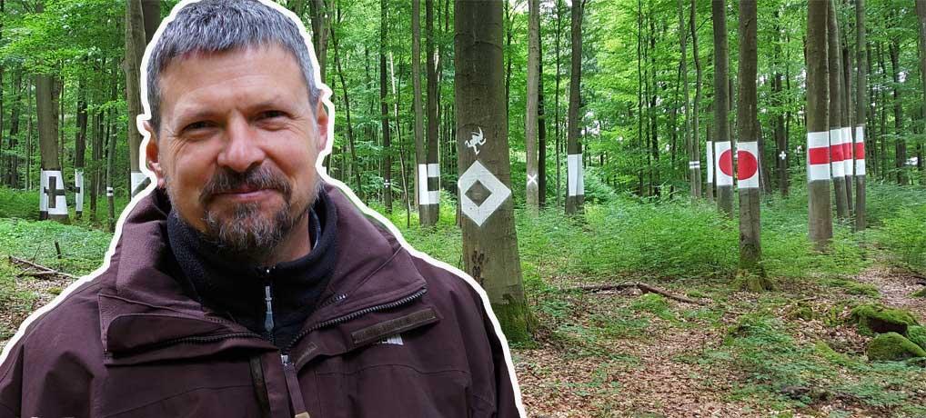 Der Land Artist Faxe Müller aus Jossgrund im Spessart hat eine Wegzeichenformel geschaffen