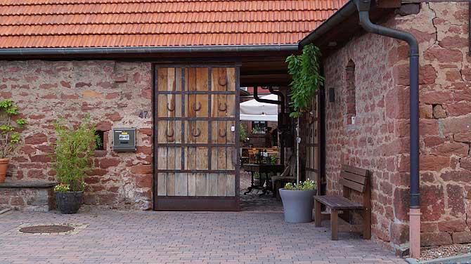 Eingang mit Holztür