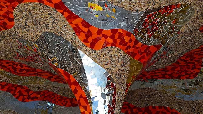 Niki de Saint Phalle erschuf das Universum in der Grotte