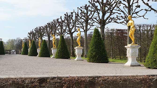Insgesamt 18 Statuen säumen den Weg