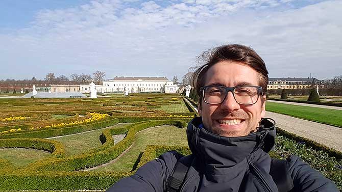 Ich mitten in den Herrenhäuser Gärten Hannover