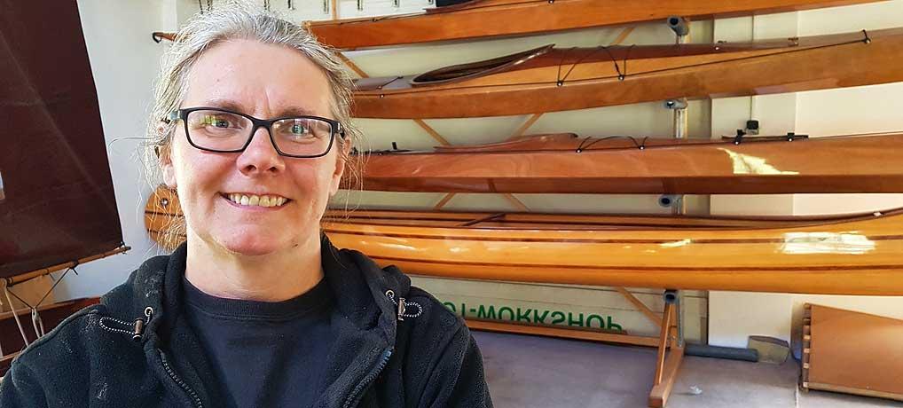Ursula Latus gibt auf Usedom Workshops, um eigene Boote zu bauen