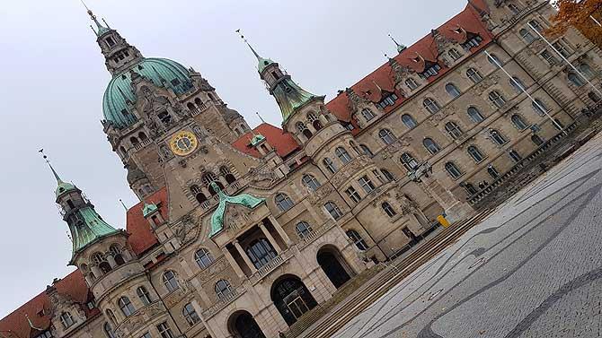 Der Platz vor dem Rathaus Hannover heißt Tramplatz