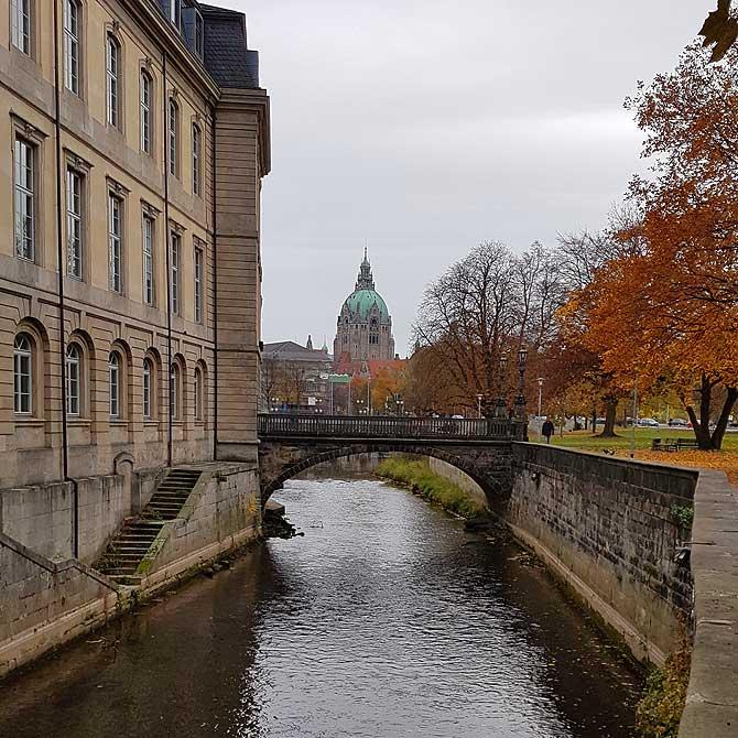 Vom Hohen Ufer aus siehst du das Neue Rathaus