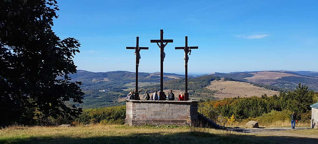 Kloster Kreuzberg und seine drei Kreuze sind die top Sehenswürdigkeit in der Rhön in Hessen.