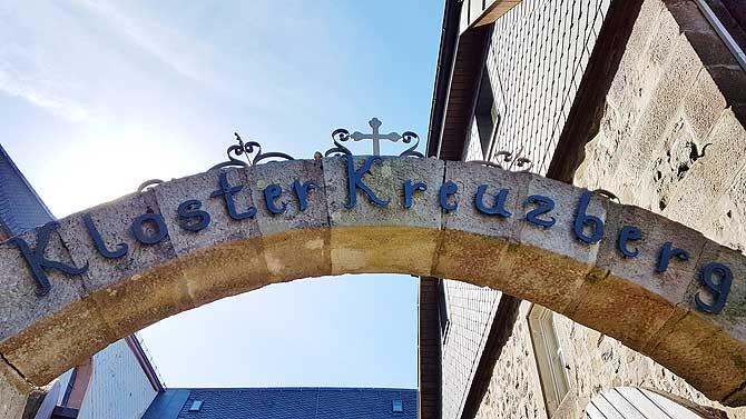 Eingang zum Kloster und zur Gaststätte