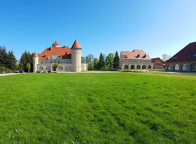 Panorama mit Schloss Stolpe und Restaurant Remise