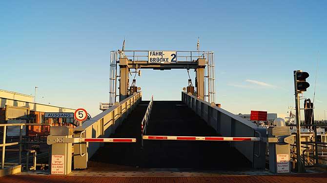 Fährbrücke am Anleger in Norden Norddeich