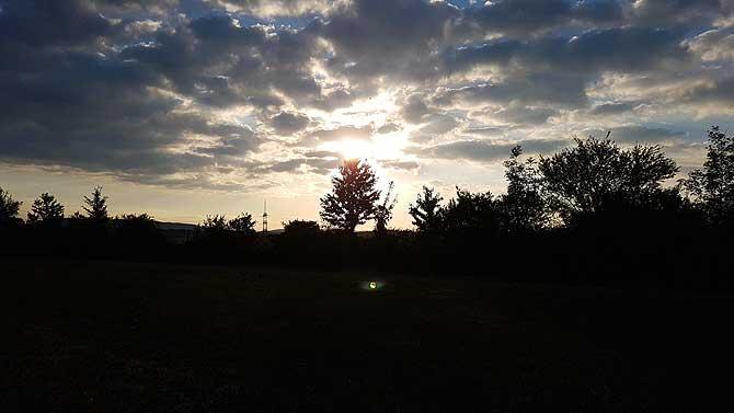 Befreiendes Gefühl, in den Sonnenuntergang zu laufen