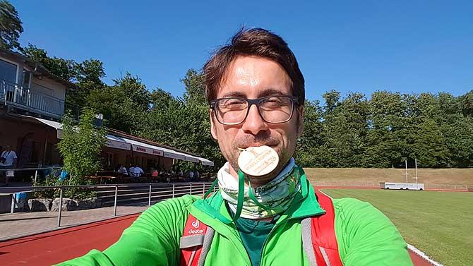 Ich mit Medaille vom Wandermarathon Eppinger Linie