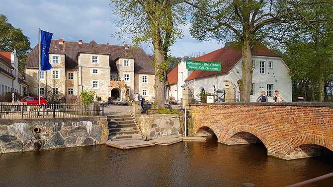 Wasserschloss Mellenthin mit Mautbrücke