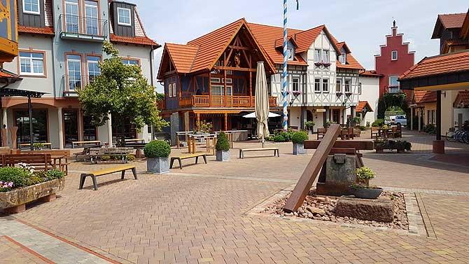 Marktplatz im Dorf am See