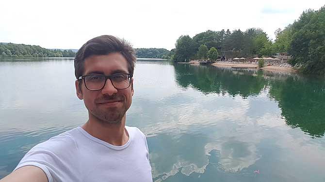 Ich am See vor dem Hotel