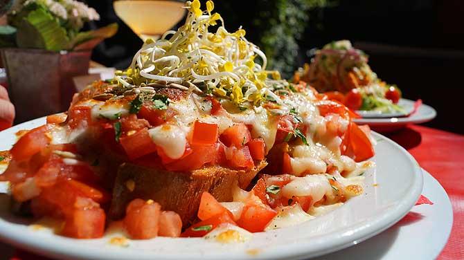 Bruschetta und Salat