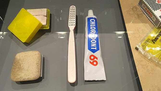 Knast-Zahnbürste und Pasta