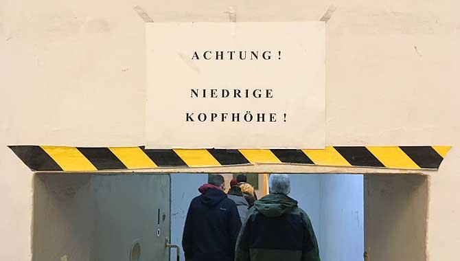 Kopf einziehen in der Gedenkstätte Hohenschönhausen