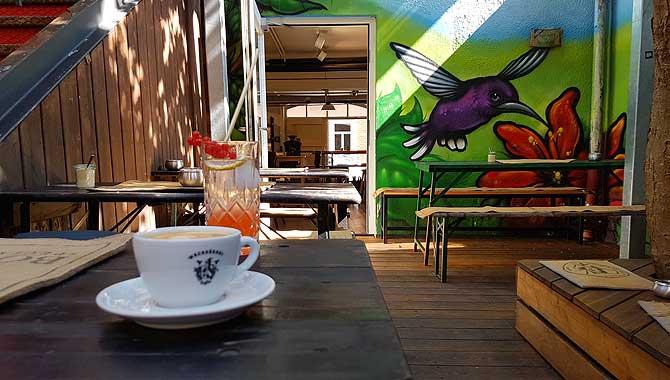 Kaffee auf der Hinterhof-Terrasse