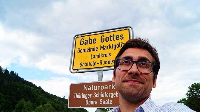 Ich vor dem Ort Gottes Gabe in Thüringen