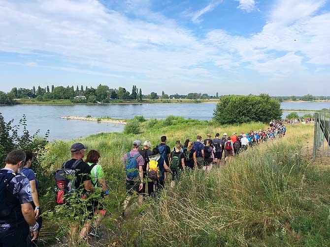 Die Masse marschiert am Rhein entlang