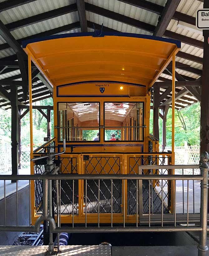 Nerobergbahn wacht an ihrer Station