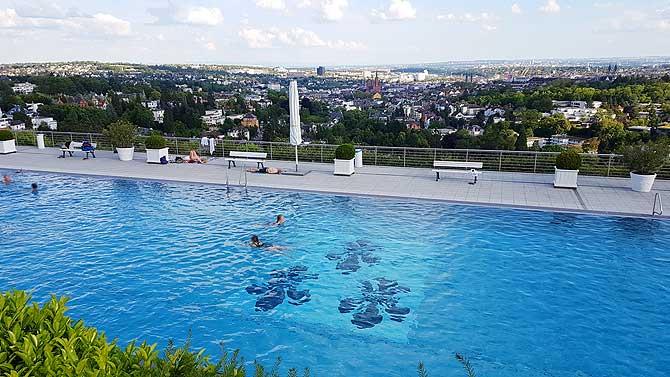 Drei Lilien zieren das Becken im Opelbad