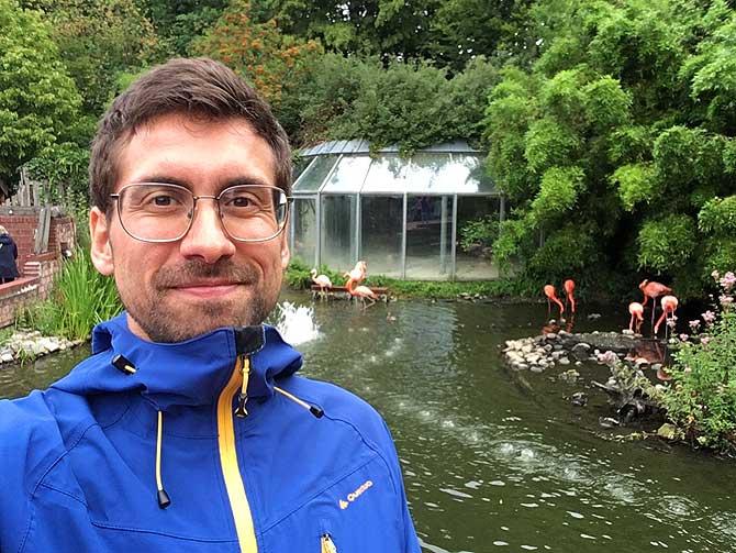 Ich im Osnabrücker Zoo vor den Flamingos
