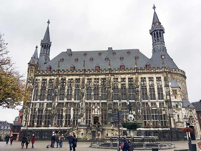 So sieht das Rathaus Aachen von vorne aus